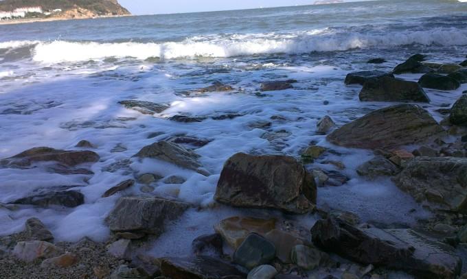 海边坐背影手绘