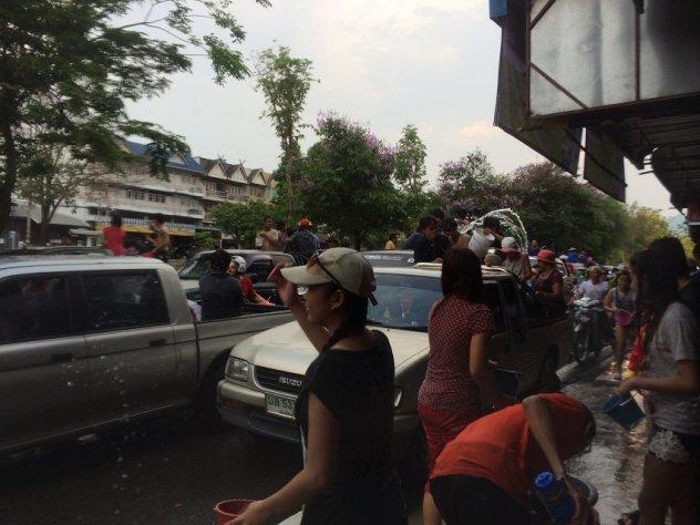 了大水桶,方便泼水,然后有些家庭和商家会开着皮卡车