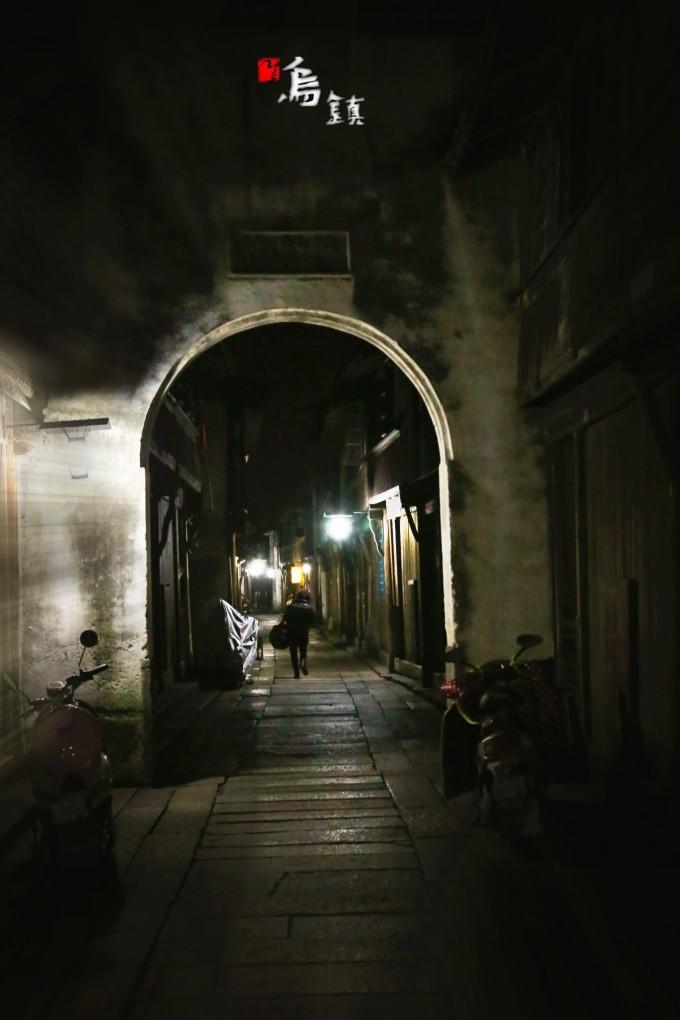 两边的房屋也都关门了,我再次出门时天已经黑了,夜晚的东栅,空无一人