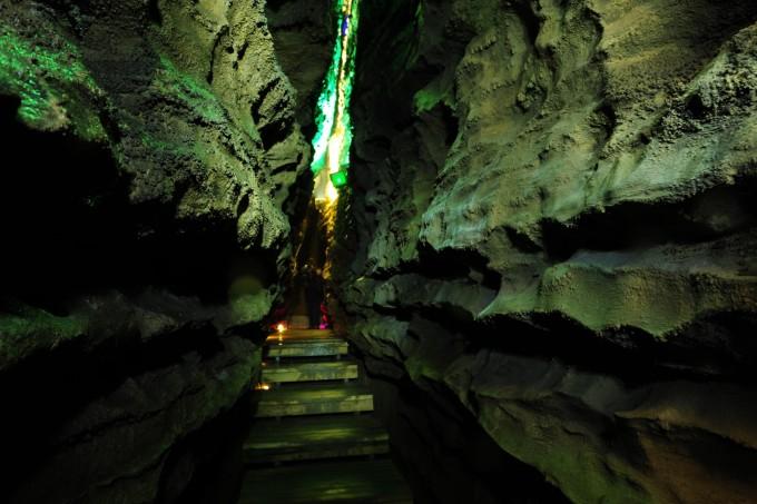 贵阳出发探秘十二背后旅游风景区--绥阳双河洞国家地质公园--地下裂缝
