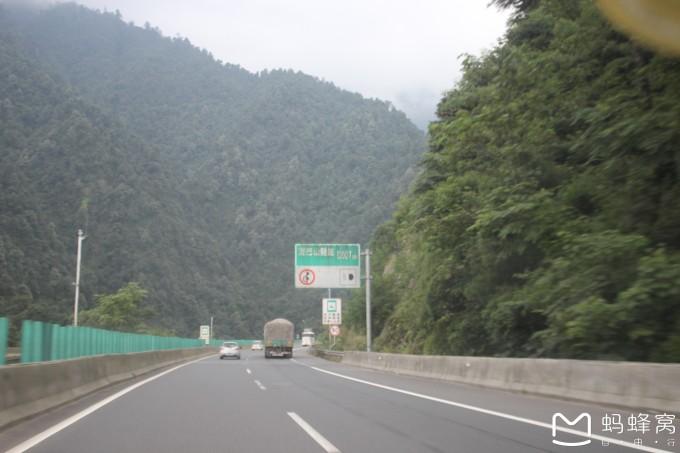 成都到西昌6小时的高速车程,开到登巴客栈已经是晚上11点半.
