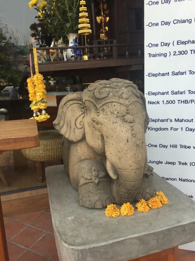 酒店门口一只乖巧的小象守护着佛塔