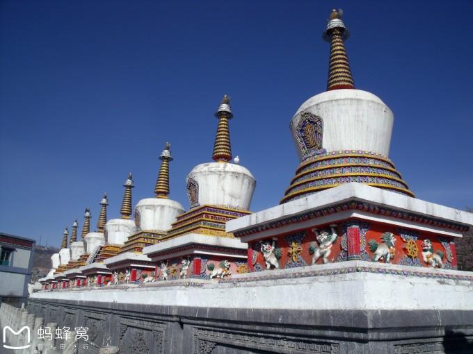 塔尔寺的活佛常常为众生摩顶,接受摩顶的人们就是沐浴到了慈祥而温暖