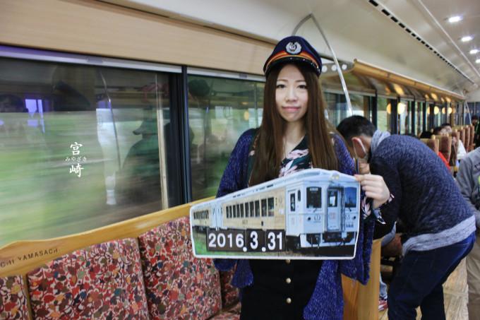 特色列车还有举牌拍照的图片